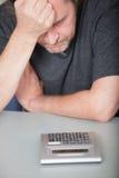 Deprimierter Mann, der seins Finanzen tut Stockbilder