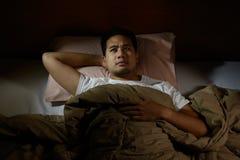 Deprimierter Mann, der unter Schlaflosigkeit leidet Lizenzfreie Stockfotografie