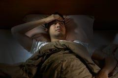 Deprimierter Mann, der unter Schlaflosigkeit leidet Lizenzfreies Stockfoto