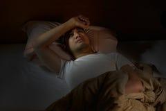 Deprimierter Mann, der unter Schlaflosigkeit leidet Lizenzfreie Stockbilder