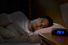 Deprimierter Mann, der unter Schlaflosigkeit leidet Lizenzfreie Stockfotos