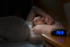 Deprimierter Mann, der unter Schlaflosigkeit leidet Stockfotografie