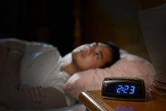 Deprimierter Mann, der unter Schlaflosigkeit leidet Stockbild