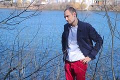 Deprimierter Mann, der am Wald sich lehnt Lizenzfreie Stockbilder