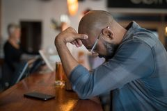 Deprimierter Mann, der am Zähler steht Lizenzfreie Stockbilder
