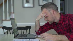 Deprimierter Mann gibt auf seiner Schuld auf stock video