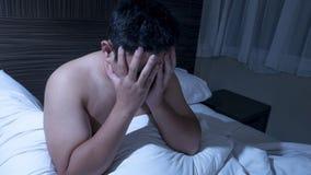 Deprimierter Mann hart zu schlafen stockbilder