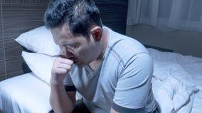 Deprimierter Mann hart zu schlafen lizenzfreie stockfotografie