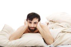 Deprimierter Mann im Schlafzimmer Stockbild