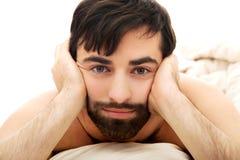 Deprimierter Mann im Schlafzimmer Lizenzfreie Stockfotos