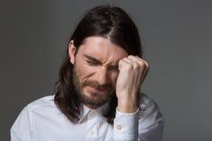 Deprimierter Mann mit Bart und dem langen Haar Stockfotografie