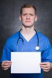 Deprimierter Mann mit Blatt Papier Lizenzfreie Stockfotografie