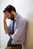 Deprimierter Mann mit der Hand auf Stirn Lizenzfreie Stockfotos