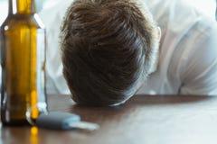 Deprimierter Mann mit Kopf unten auf einem Stangenzähler Lizenzfreies Stockbild