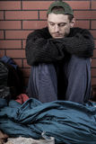 Deprimierter Mann ohne Haus Stockbild