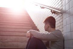 Deprimierter Mann sitzen herein unterirdisch Lizenzfreie Stockfotos