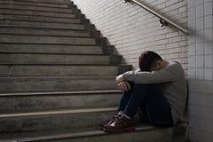 Deprimierter Mann sitzen herein unterirdisch Lizenzfreie Stockfotografie