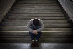Deprimierter Mann sitzen herein unterirdisch Stockfotos