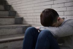 Deprimierter Mann sitzen herein unterirdisch Lizenzfreies Stockfoto