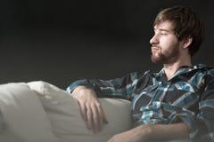 Deprimierter Mann sitzt auf Couch Lizenzfreies Stockfoto