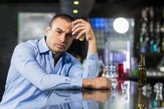 Deprimierter Mann-trinkendes alkoholisches Getränk Lizenzfreie Stockfotografie