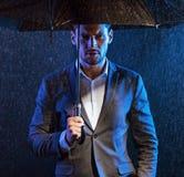 Deprimierter Mann und das regnerische Wetter Stockbild