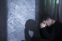Deprimierter Mann von mittlerem Alter, der Kopf hält Lizenzfreie Stockfotografie