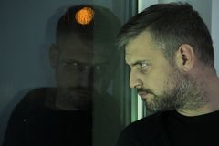 Deprimierter Mann während des Trauerzeitraums Lizenzfreies Stockfoto