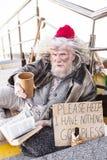 Deprimierter obdachloser Mann, der auf der Treppe sitzt Lizenzfreie Stockbilder