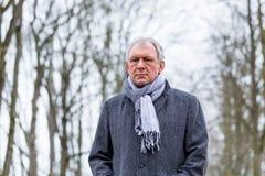 Deprimierter oder trauriger Mann, der in Winter geht Lizenzfreies Stockfoto
