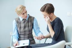 Deprimierter Patient in der psychologischen Stützsitzung Stockfoto