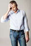 Deprimierter reifer Mann, der seinen Kopf berührt Lizenzfreie Stockfotos