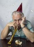 Deprimierter reifer Mann in einer Parteieinstellung Lizenzfreies Stockbild