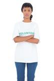 Deprimierter schwarzer behaarter Freiwilliger, der mit den gekreuzten Armen aufwirft Stockfoto