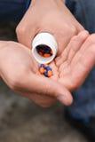 Deprimierter Teenager mit vielen Tabletten in der Hand, möchte a nehmen Lizenzfreie Stockfotografie