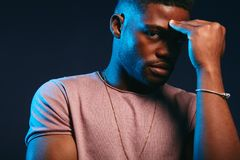 Deprimierter trauriger junger dunkelh?utiger Mann, der einige Probleme mit Privatleben hat stockbild