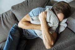 Deprimierter trauriger Mann, der im griefb ist Stockfotos