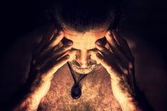 Deprimierter, trauriger Mann, der sein Gesicht bedeckt Lizenzfreie Stockfotografie