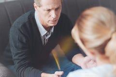 Deprimierter trauriger Mann, der seinen Therapeuten betrachtet Lizenzfreie Stockbilder
