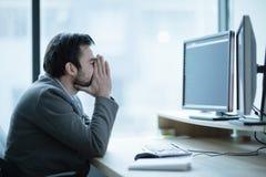 Deprimierter UmkippenBüroangestellter, der ein Kopfschmerzenproblem hat Stockfotografie