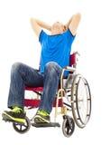 Deprimierter und behinderter Mann, der auf einem Rollstuhl sitzt Lizenzfreies Stockfoto