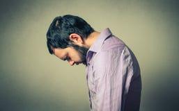 Deprimierter und durchdachter Mann Stockfotografie