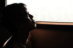 deprimierter und hoffnungsloser Mann allein im Raum Lizenzfreies Stockbild