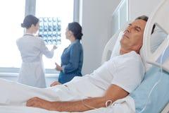 Deprimierter unglücklicher Mann, der ein Patient am Krankenhaus ist Lizenzfreie Stockbilder