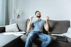 Deprimierter unglücklicher Mann, der in der Verzweiflung ist Lizenzfreie Stockfotos