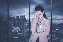 Deprimierter Unternehmer, der nahe dem Fenster steht Stockfotografie