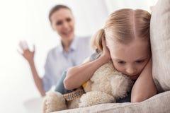 Deprimiertes attraktives Mädchen, das vom Schreien sich versteckt Lizenzfreie Stockfotos