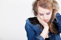 Deprimiertes blondes Punkmädchen Stockfoto