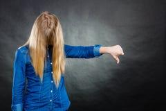 Deprimiertes Blondinebedeckungsgesicht Stockfotografie