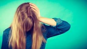 Deprimiertes Blondinebedeckungsgesicht Stockfotos